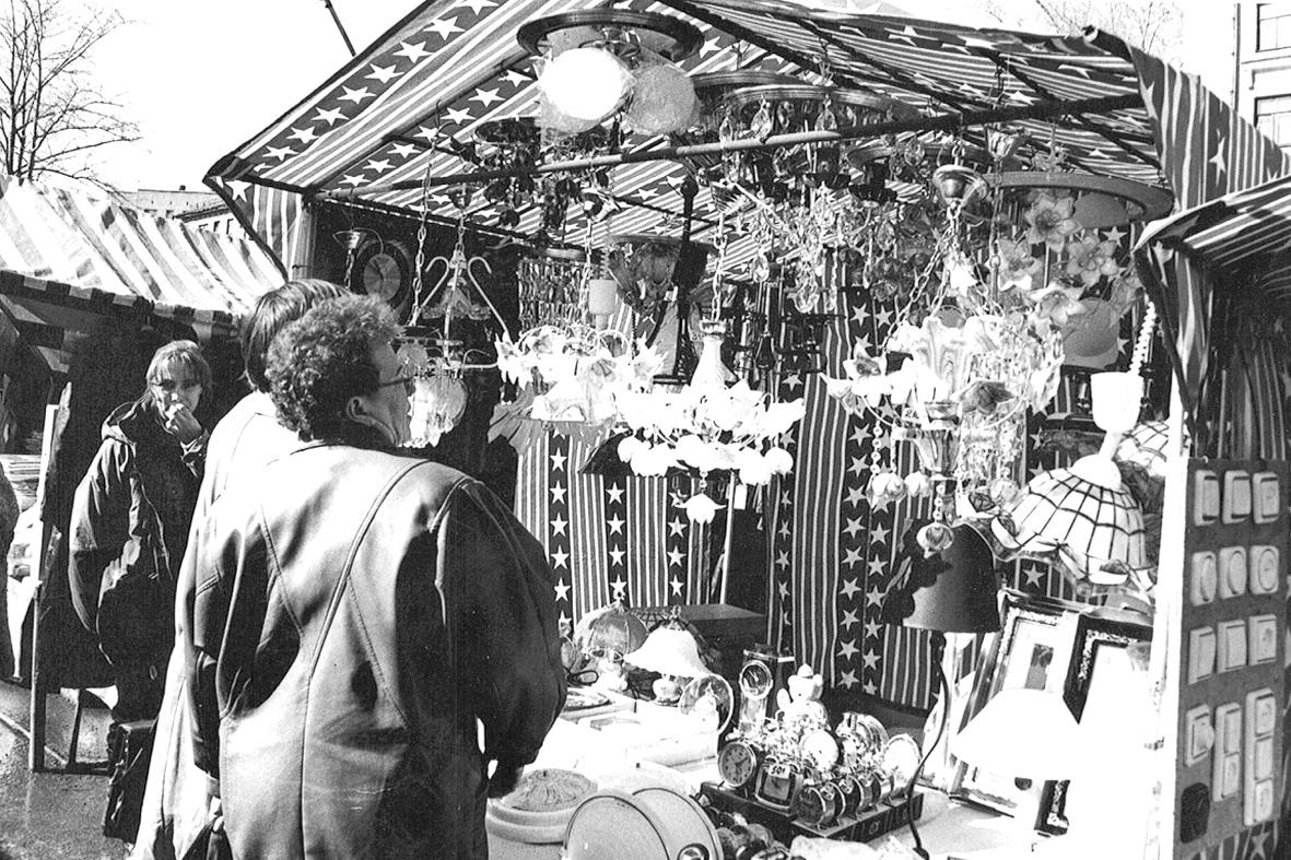 В 90-е годы на рынке можно было купить все что угодно, хотя большей частью продавали одежду и обувь.