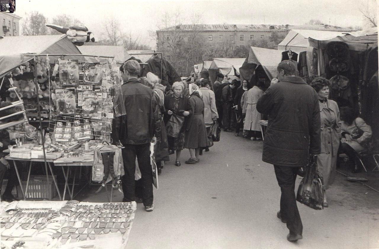 Так выглядел вещевой рынок в девяностые годы