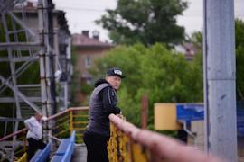 В этом сезоне тренер выходит на матчи в бейсболке, которую Павел Бучневич привез ему из США.