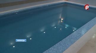 Сейчас работники акваклуба должны слить воду из чаши бассейна