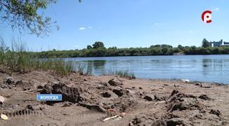 Многих непроверенное дно водоема и грязь на берегах не смущают