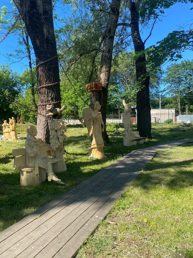 Здесь нашли свой дом деревянные фигуры на тему творчества А. С. Пушкина