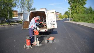Сегодня специалисты лаборатории провели выборку асфальта на проезжей части улицы Клубова