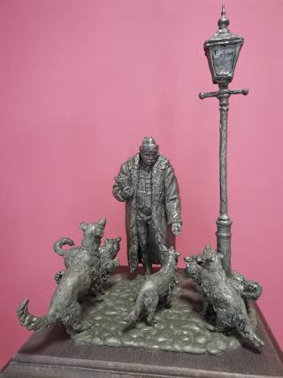 Народный художник РФ, скульптор Александр Рукавишников изобразил фигуру мецената в окружении бездомных собак
