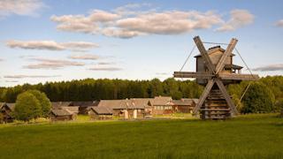 Более 70 кубов древесины и бревен предоставил новый партнер музея