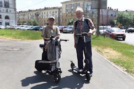 Для Сергея Торопова (на фото справа) электросамокат стал настоящей палочкой-выручалочкой.