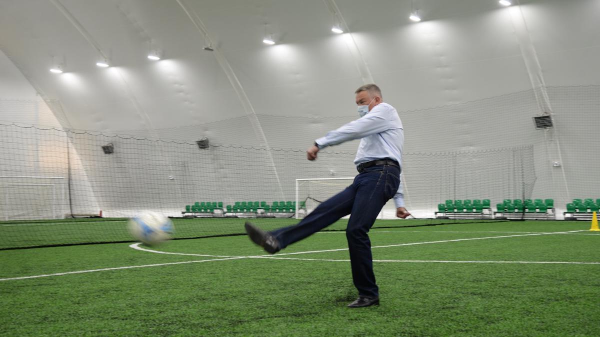 Построили крытый футбольный манеж с большим искусственным полем