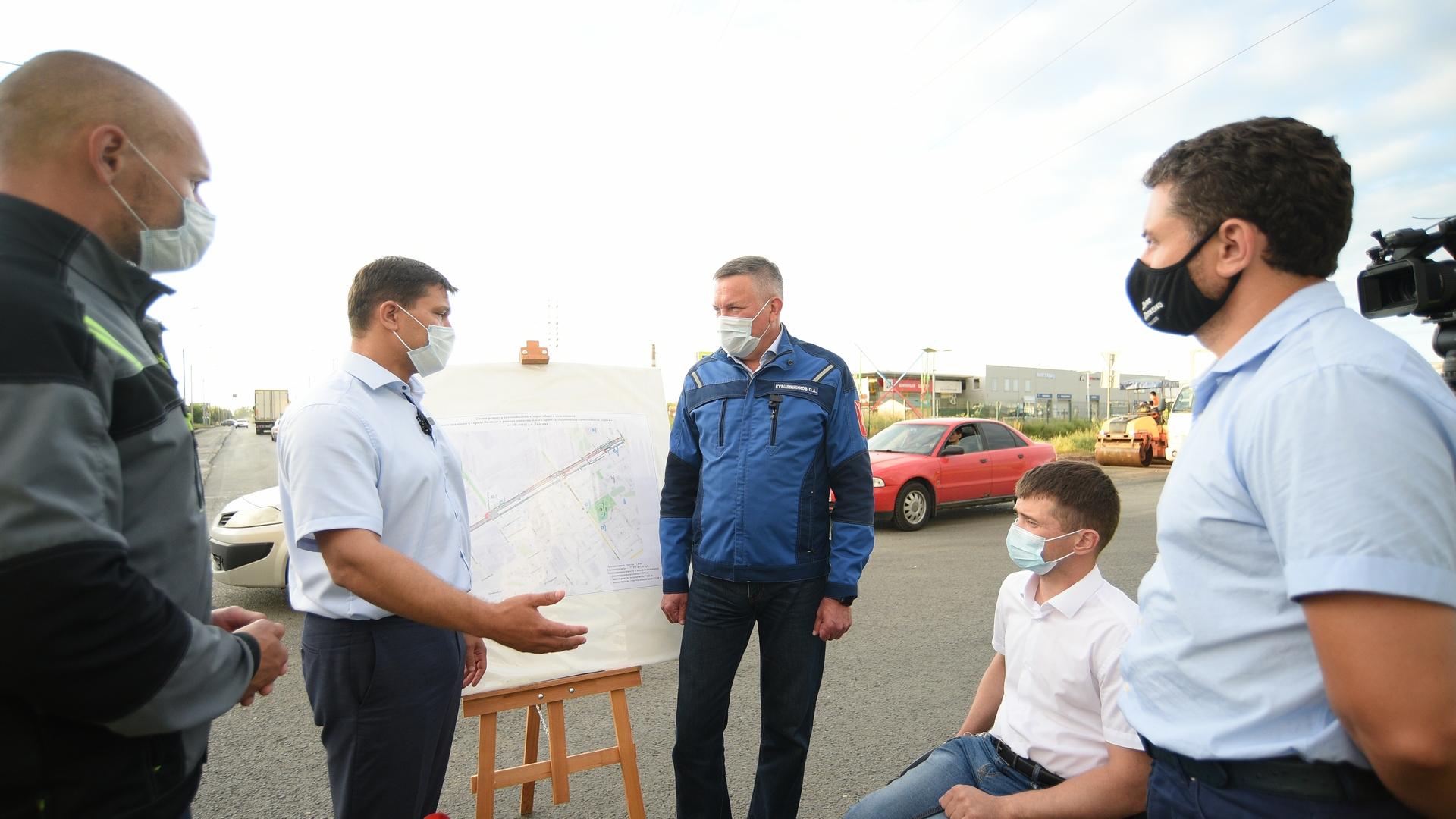 Первые лица области и города проверили ход работ на одном из крупных объектов - улице Дальней
