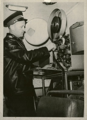 Инспектор Рюрик Катяшичев был большим другом детворы, которой он показывал кинофильмы