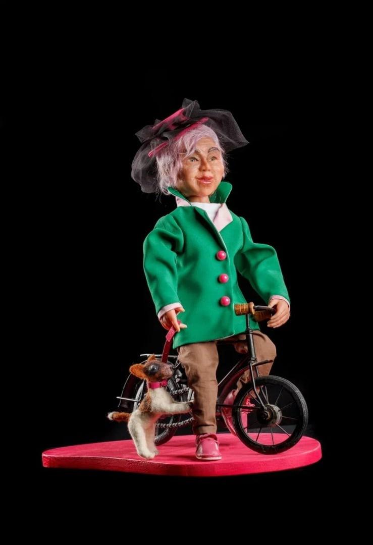 Так Дарья видит себя лет через сорок - элегантной старушкой на велосипеде, выгуливающей озорного пса