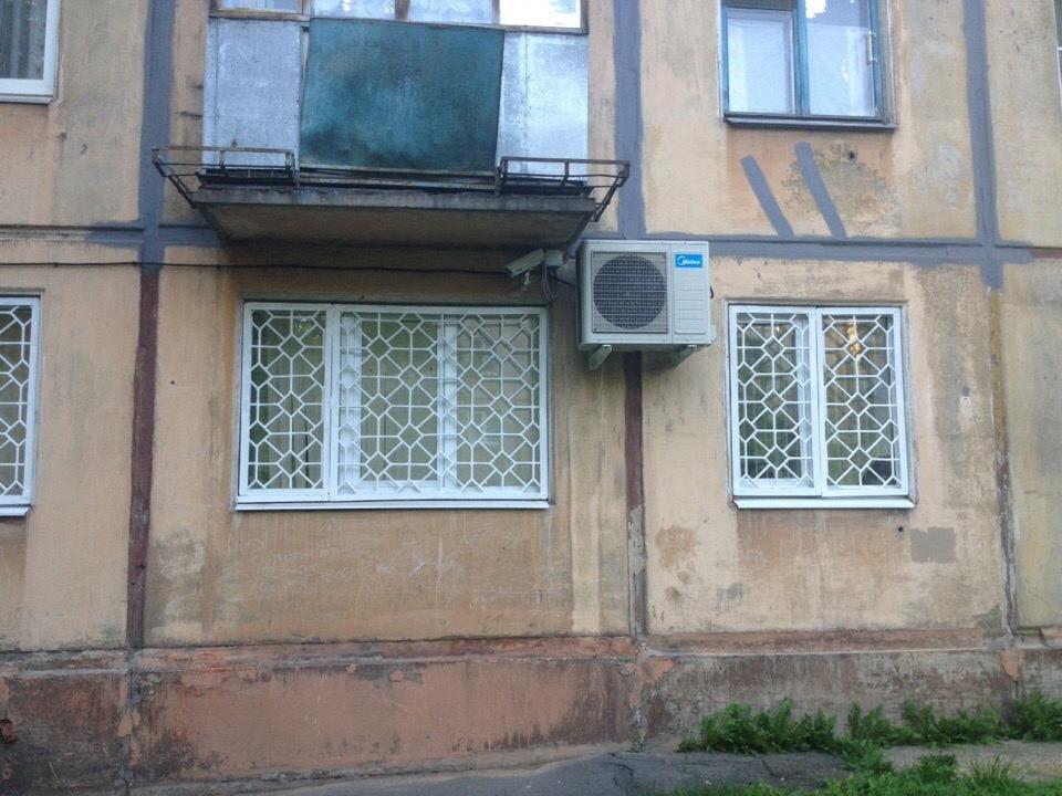 Кондиционер под балконом Елены установили в 2017 или 2018 году, шумел он уже тогда