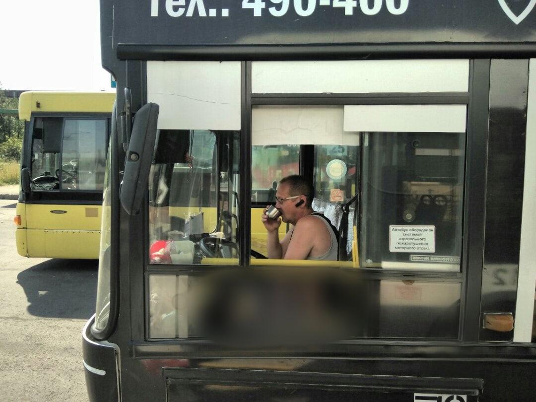 Некоторые водители в законный перерыв освежались чаем