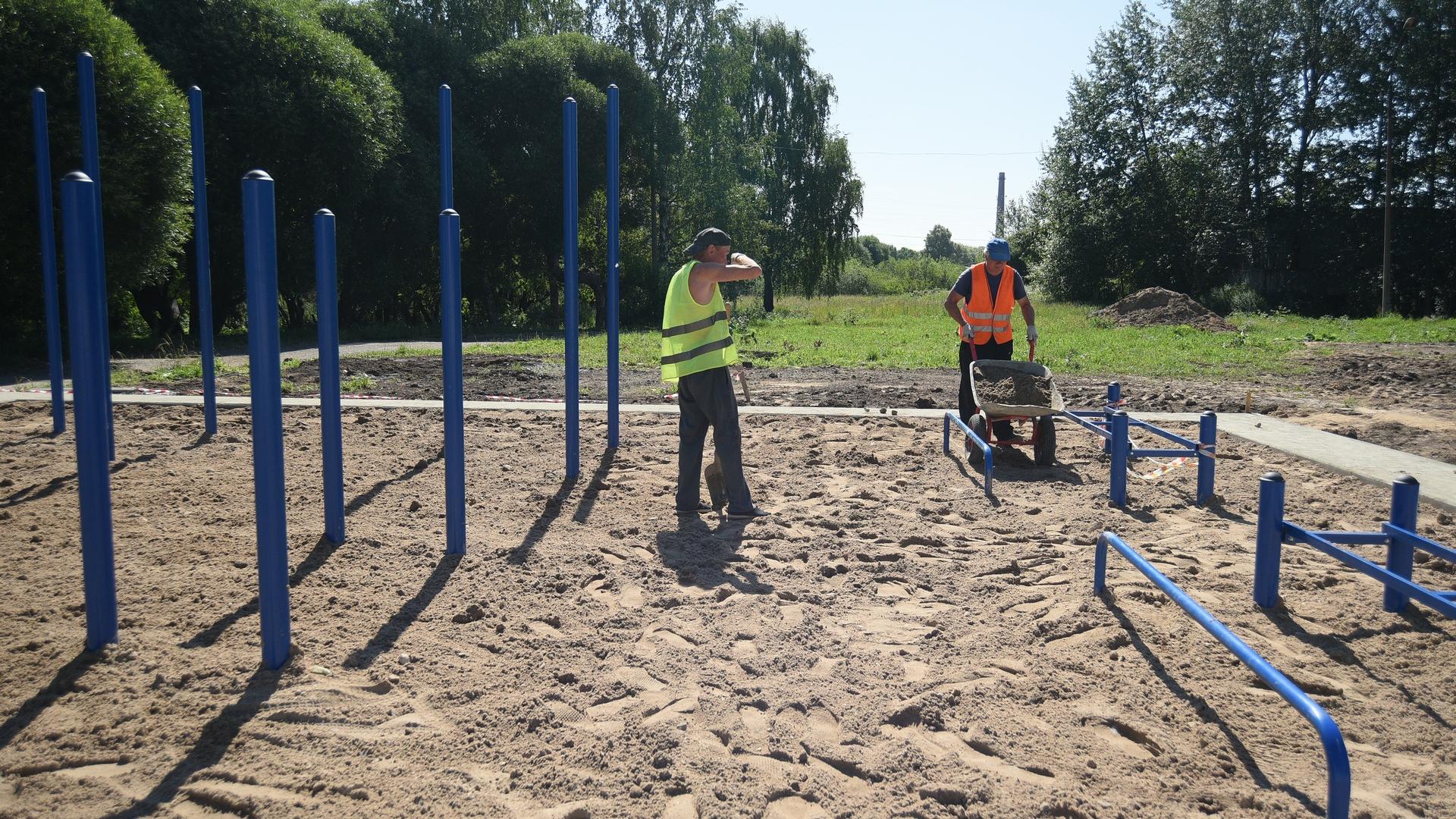 Рабочие устанавливают спортивные сооружения, предназначенные для норм ГТО