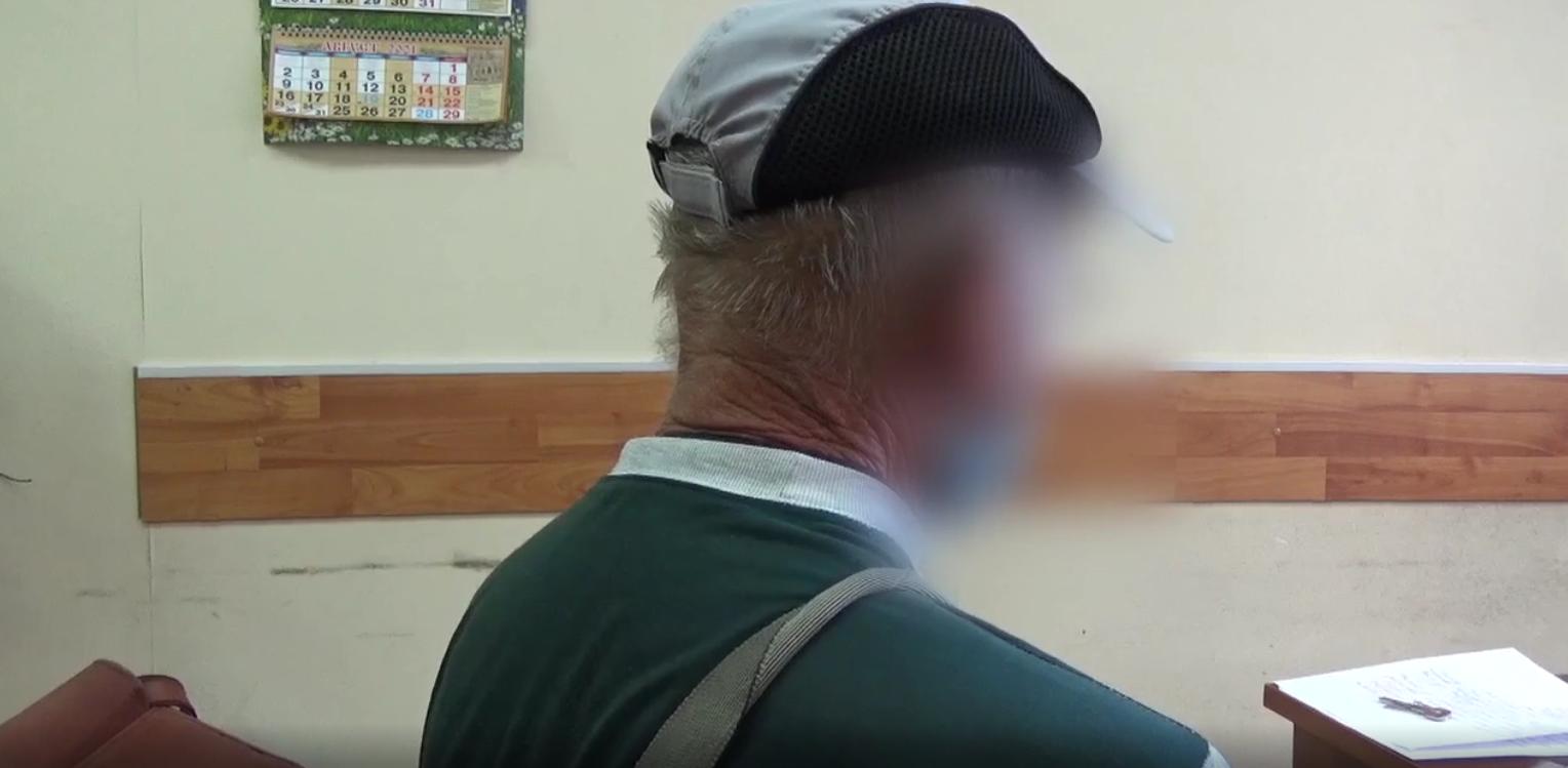 Пожилой вологжанин очень нервничал и говорил с кем-то по телефону