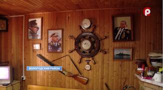 На даче повсюду напоминания о годах службы — штурвал на стене, пароходы на картинах