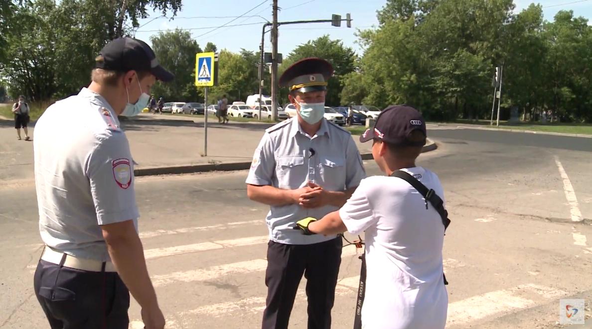 Инспекторы останавливают подростка, который пересекал дорогу с нарушениями