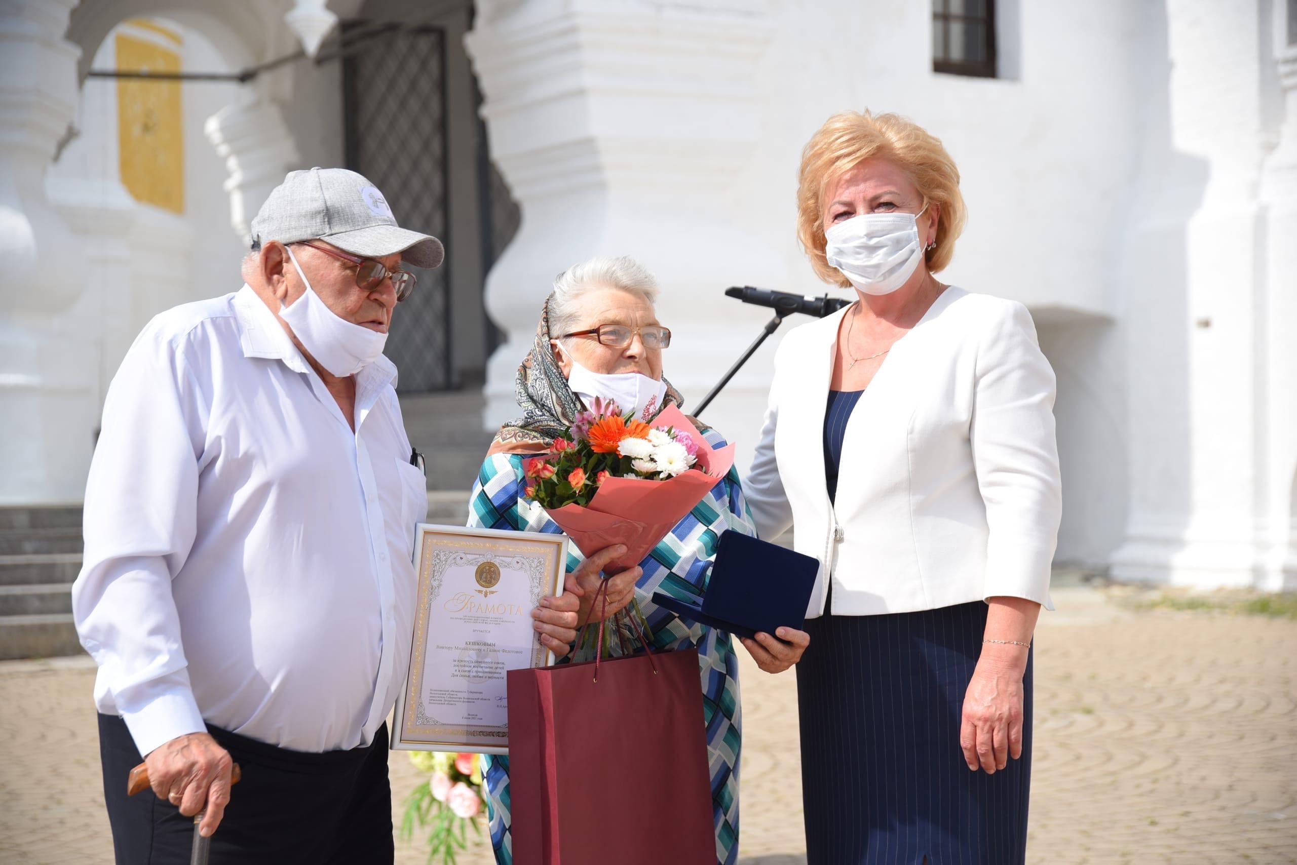 Всего на торжественной церемонии медали «За любовь и верность» были удостоены восемь супружеских пар