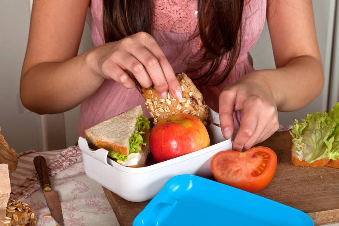 Для перекуса отлично подойдут, фрукты, овощи и кисломолочные продукты