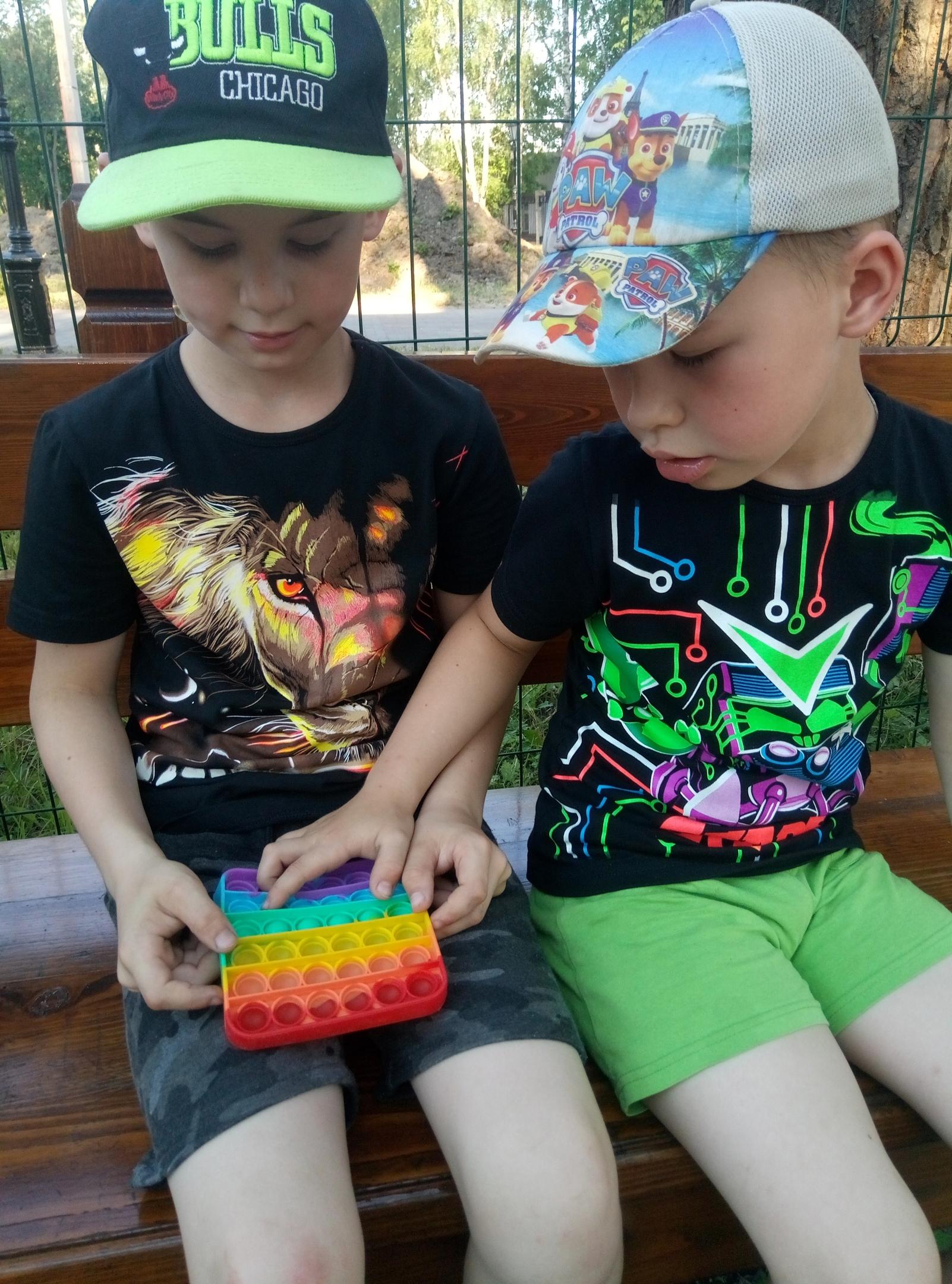 Игрушки «поп-ит» сейчас на пике популярности у детей и молодежи.