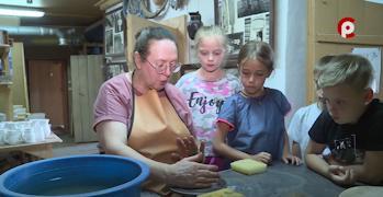 В мастерской в деревне Куракино Нина Мишинцева знакомит гостей со своим ремеслом