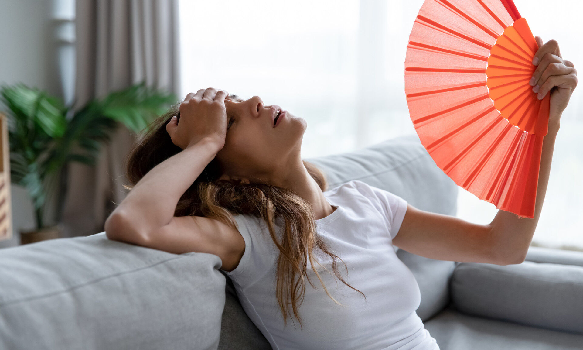Если в квартире нет вентилятора или кондиционера, можно воспользоваться народными методами