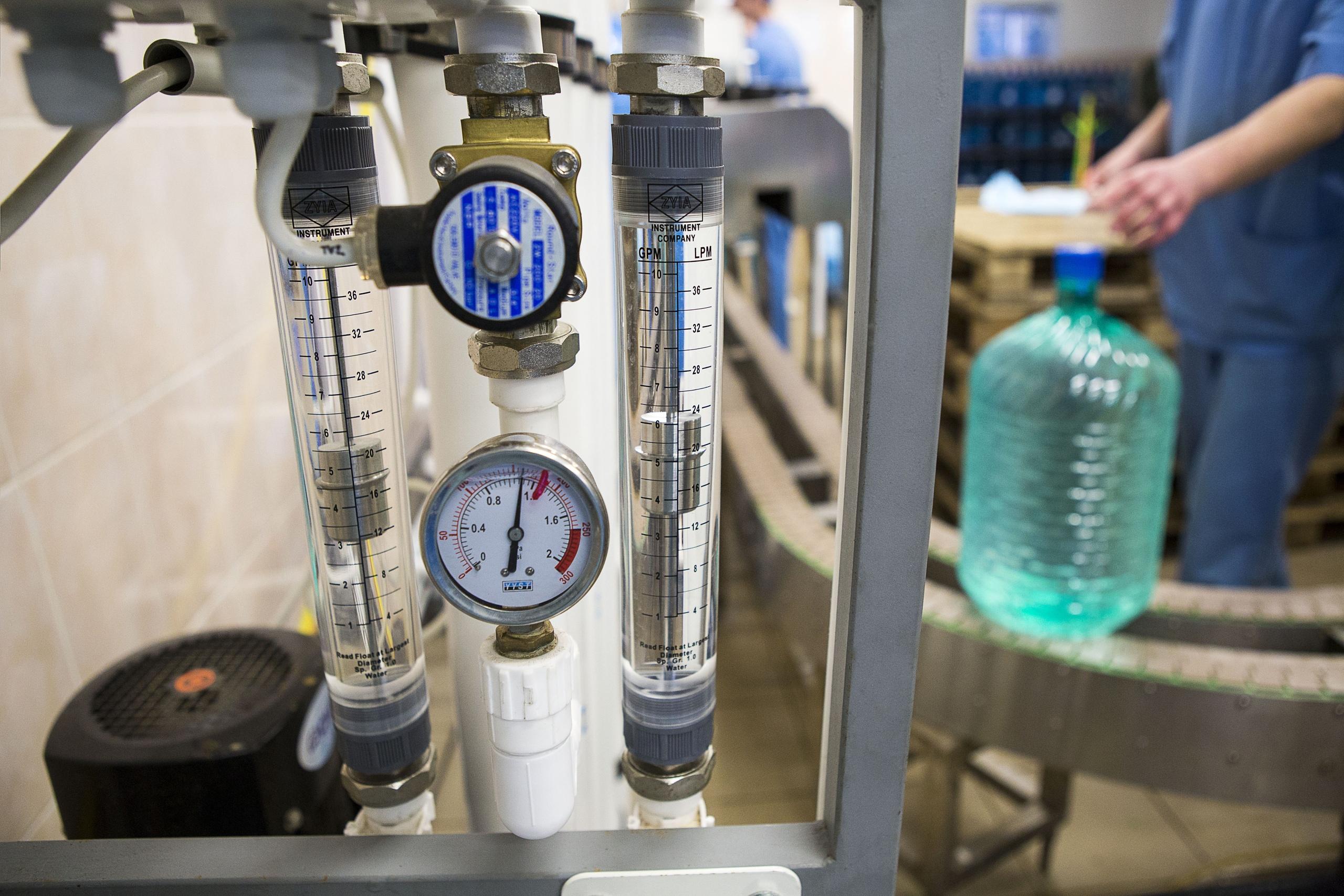 Обратный осмос - метод, когда вода под давлением проходит через синтетическую мембрану, где задерживается до 98 % минеральных солей и примесей