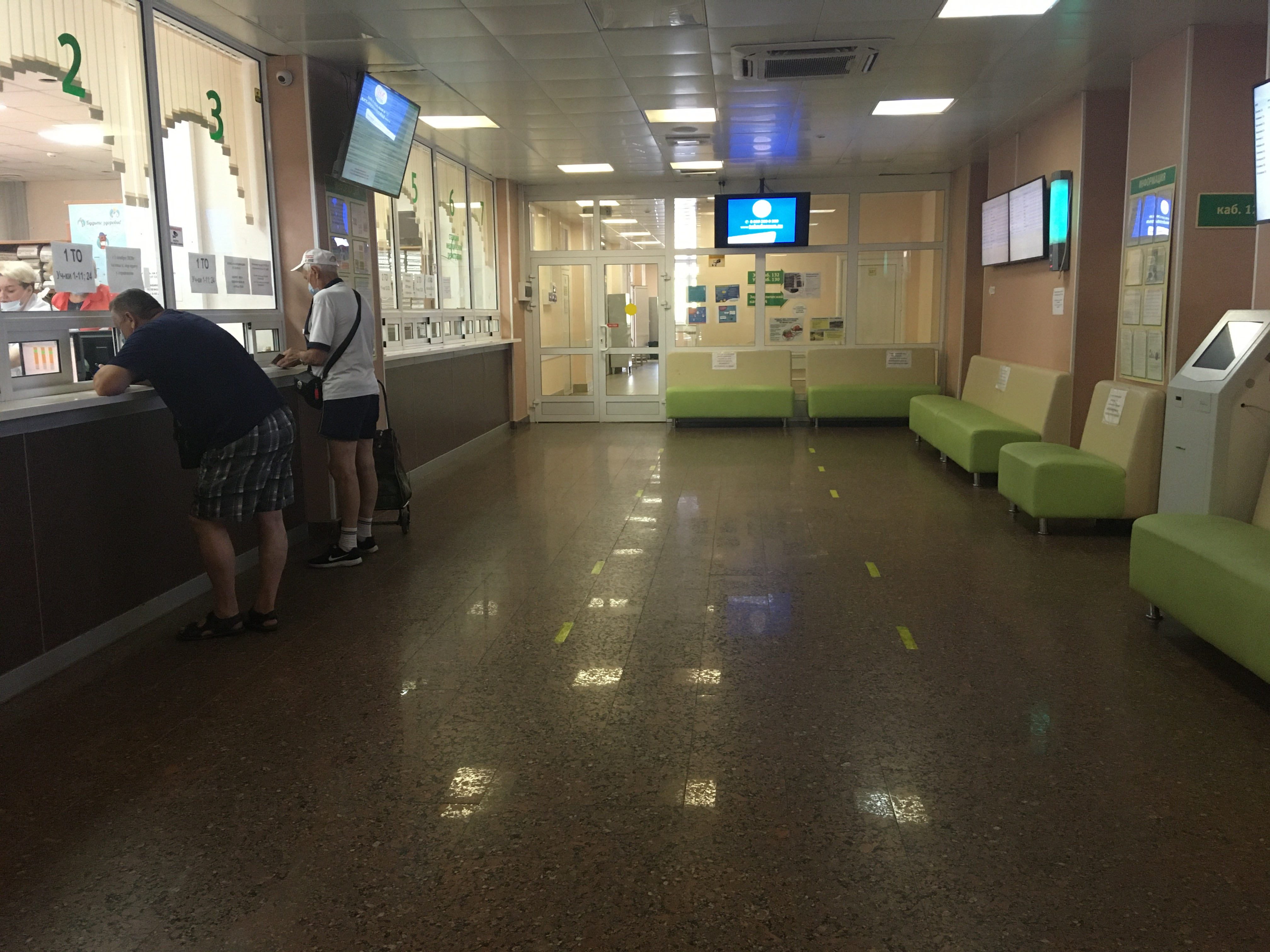 В фойе первой поликлиники оказалось практически пусто.