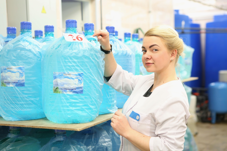 При производстве питьевой бутилированной воды контролируется ее химический и биологический состав.