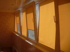 Рулонными шторами многие горожане затемняют балконы.