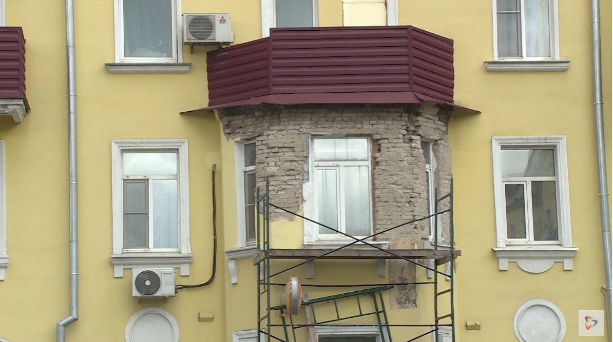 Отделка разрушилась с переднего фасада под балконом второго этажа