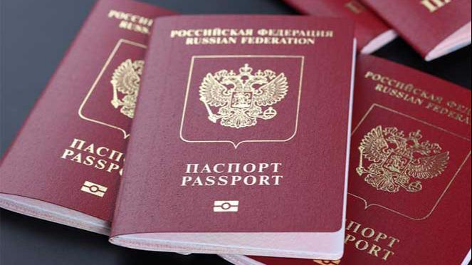 Изымать загранпаспорта у должников предложили в России