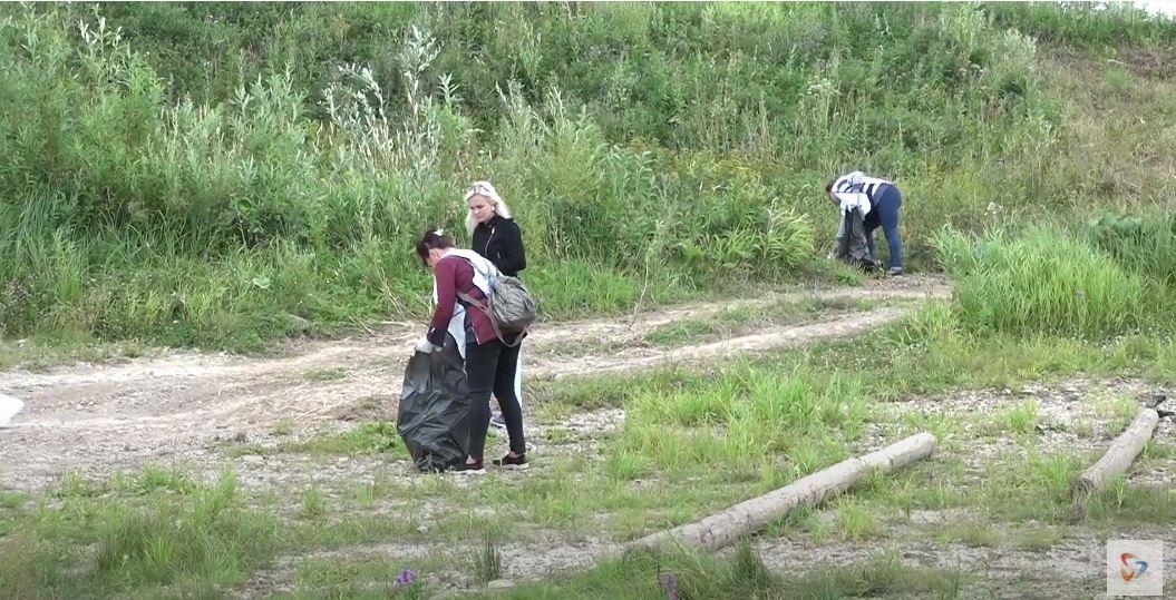 Вооружившись пакетами, волонтеры «Свезы» очистили от мусора прибрежную зону