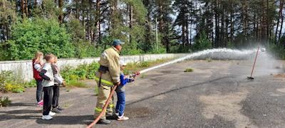 Дети тренировались в умении тушить условный пожар
