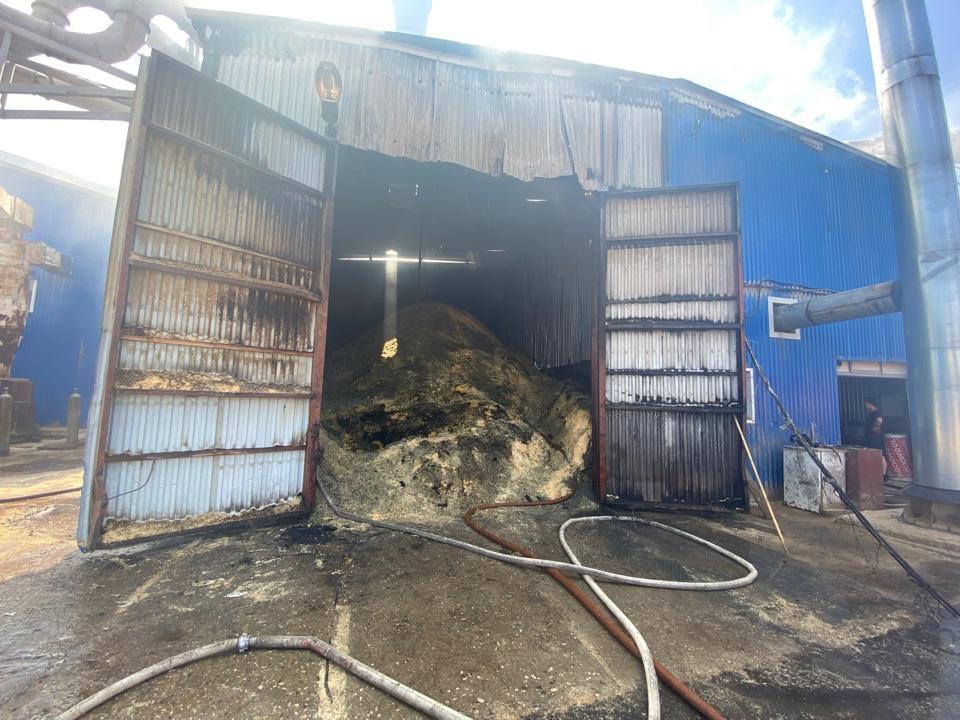 В поврежденном огнём цехе находились опилки