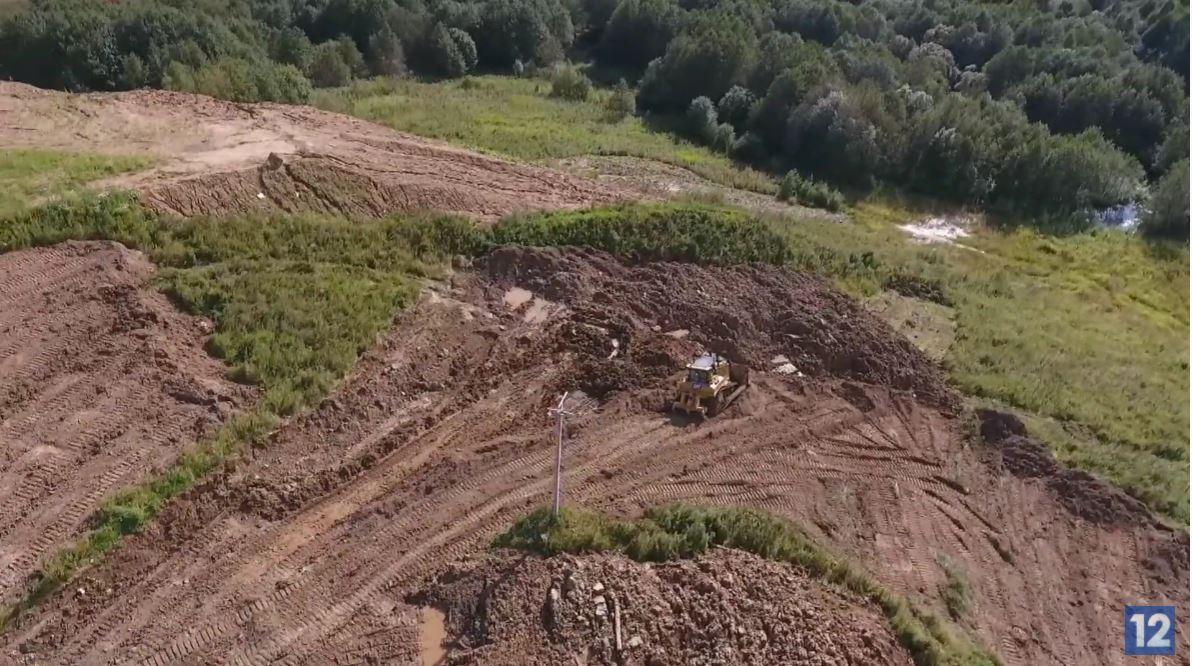 Для расширения горки завезли больше 50 КамАЗов грунта