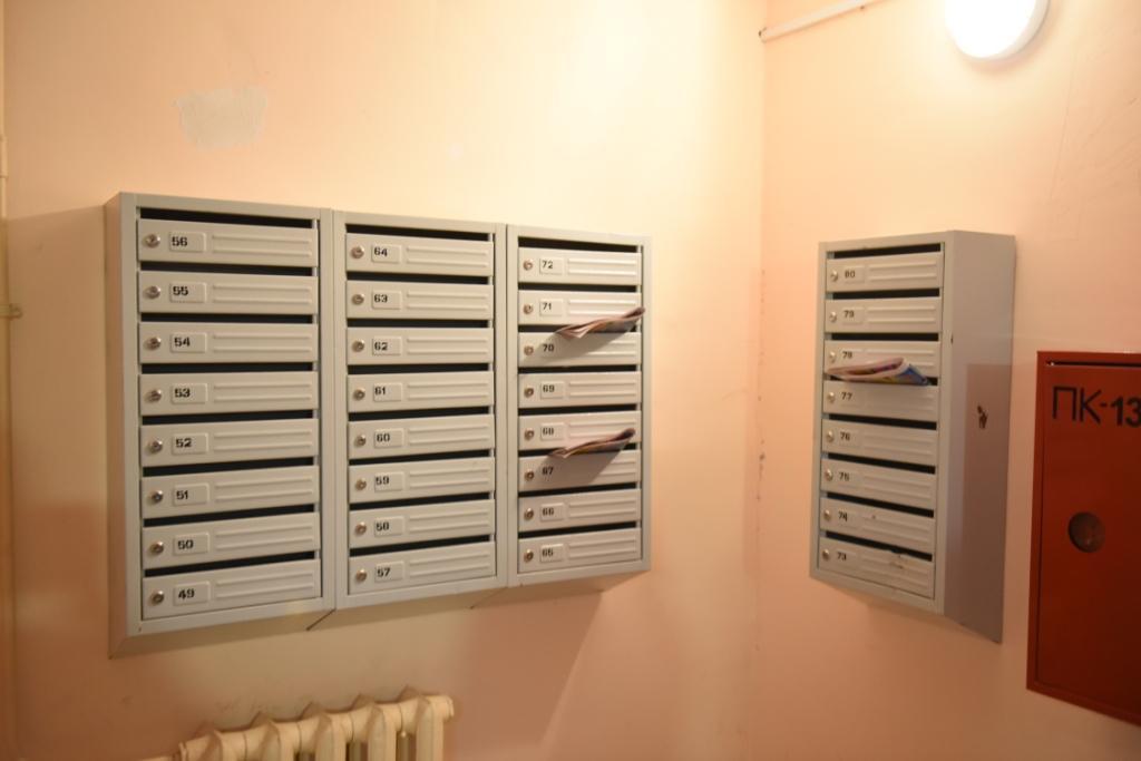 По словам жильцов многоэтажек, видеокамеры помогают пресечь поджигание бумаги в почтовых ящиках.