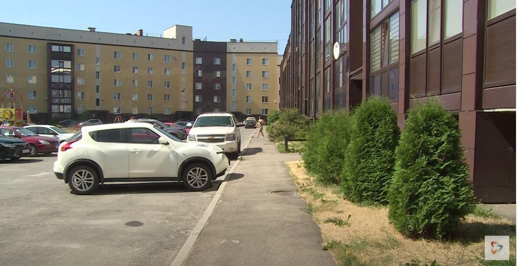 В доме 16 подъездов, больше 200 квартир. Много офисных помещений