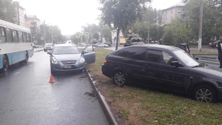 Машина вылетела на газон в Череповце