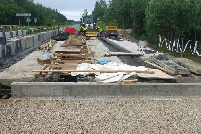 Строители уже демонтировали части старой конструкции моста