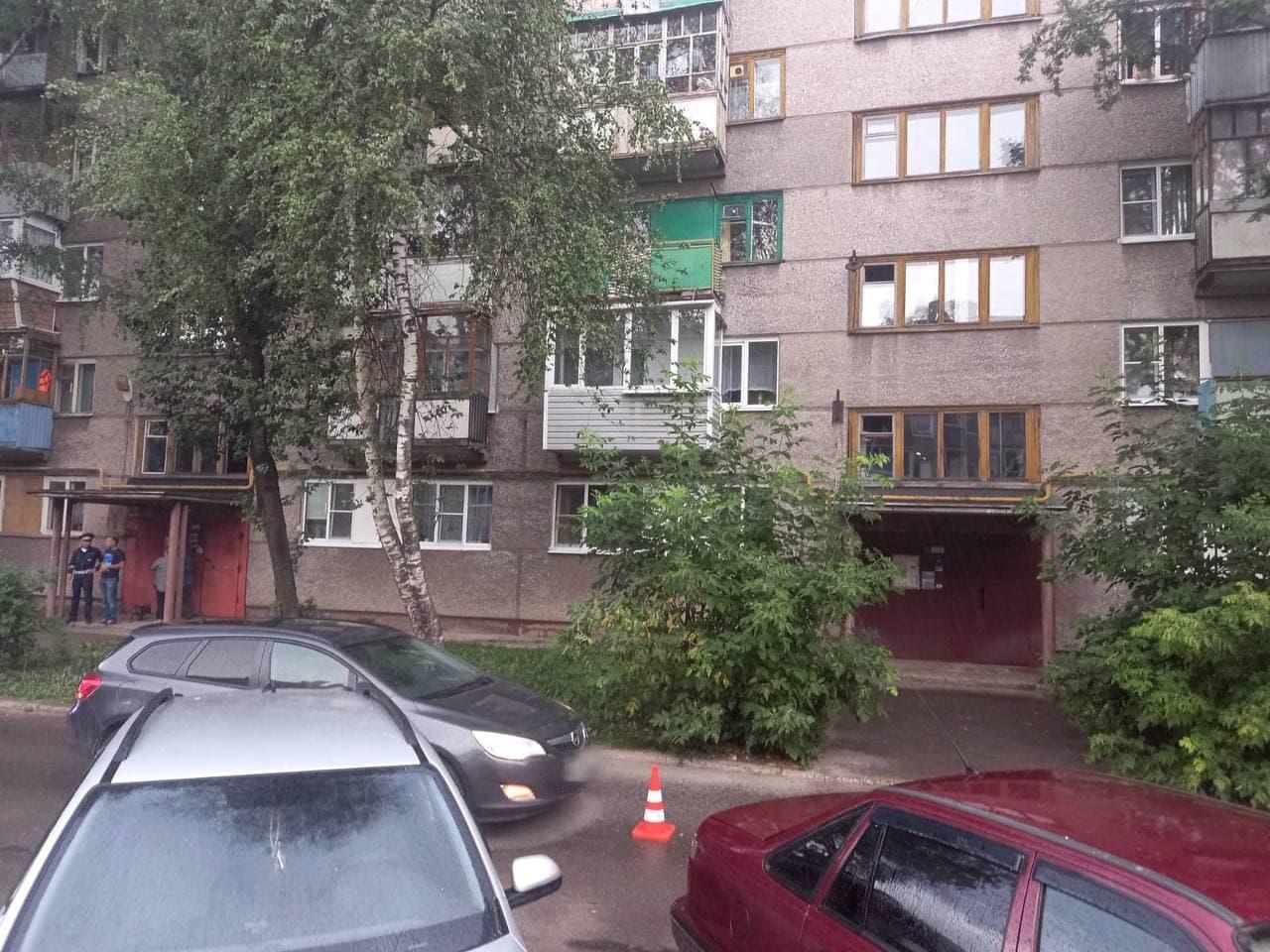 9-летняя девочка во дворе дома в Череповце попала под колеса иномарки
