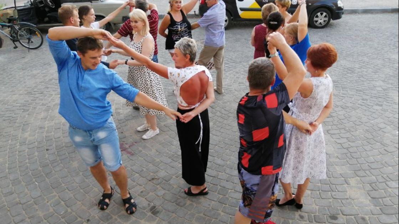 Череповчане летними вечерами танцуют бачату на новой набережной и недалеко от музея Верещагиных