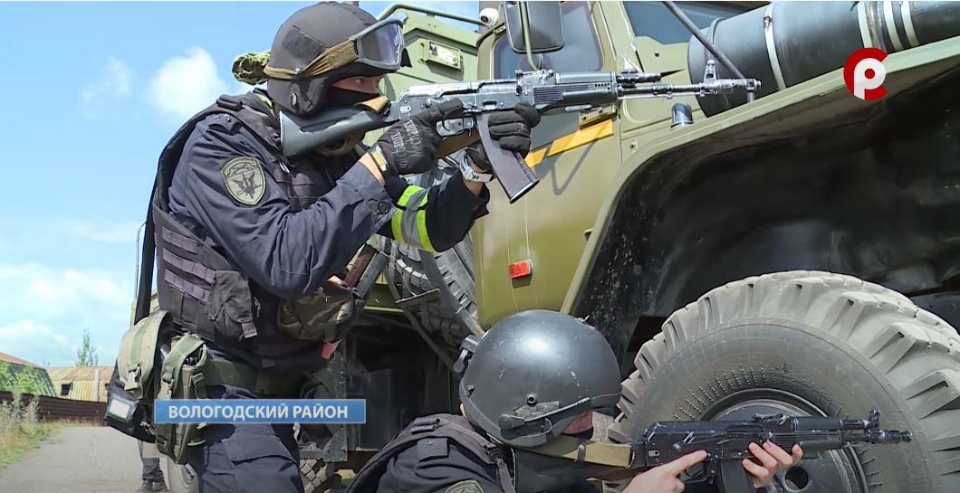 С автоматами, прикрывая друг друга, участники штурмовой группы приближаются к условным преступникам