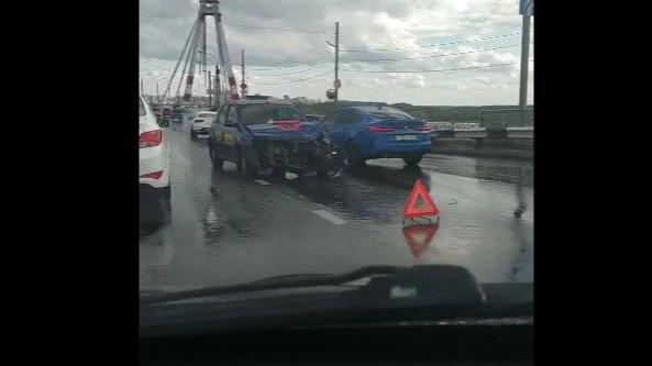 Иномарка врезалась в отбойник на Октябрьском мосту в Череповце