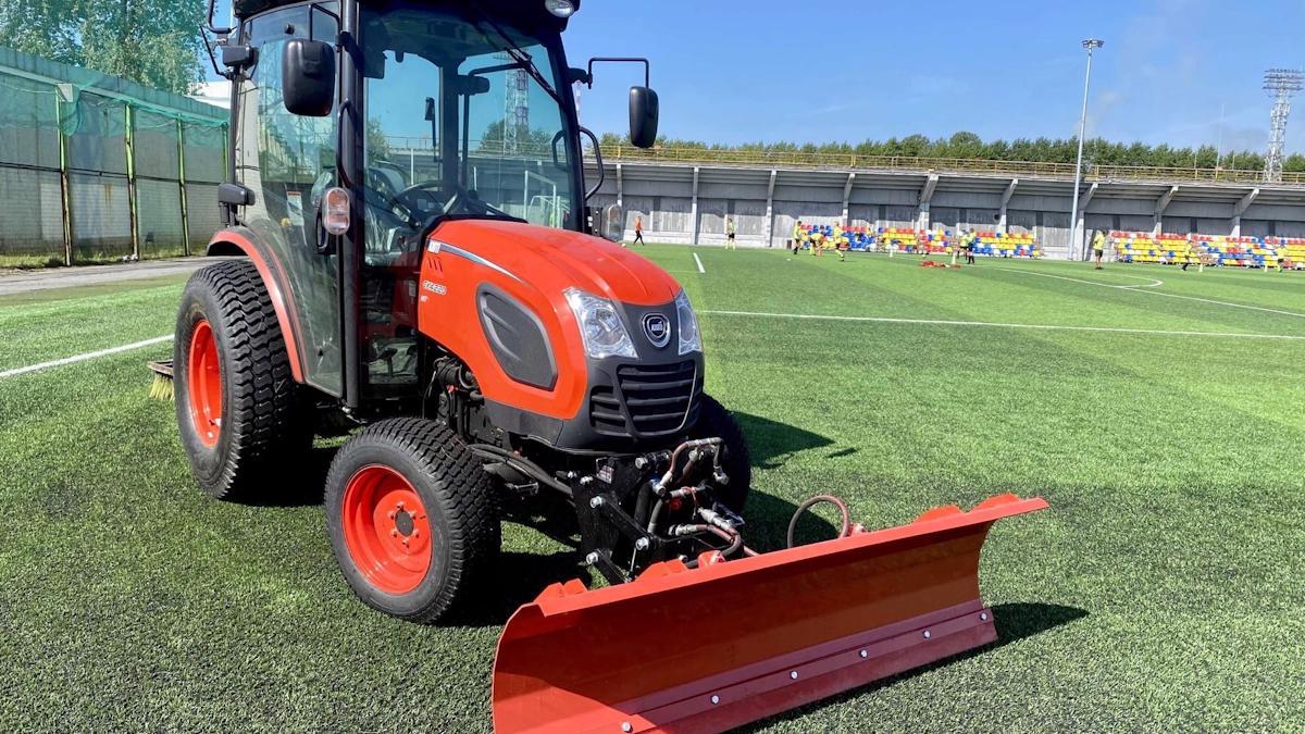 """Новый трактор """"Kioti"""" теперь работает на стадионе «Металлург» в Череповце"""