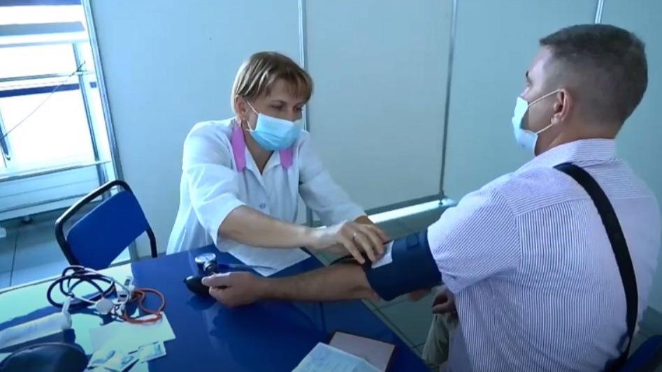 """Очередь из желающих сделать прививку от коронавируса выстроилась сегодня у """"Ледового дворца"""" в Череповце"""