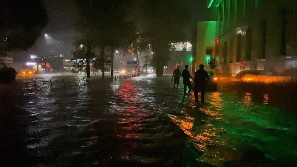 Улицы Вологды затоплены, движение перекрыто