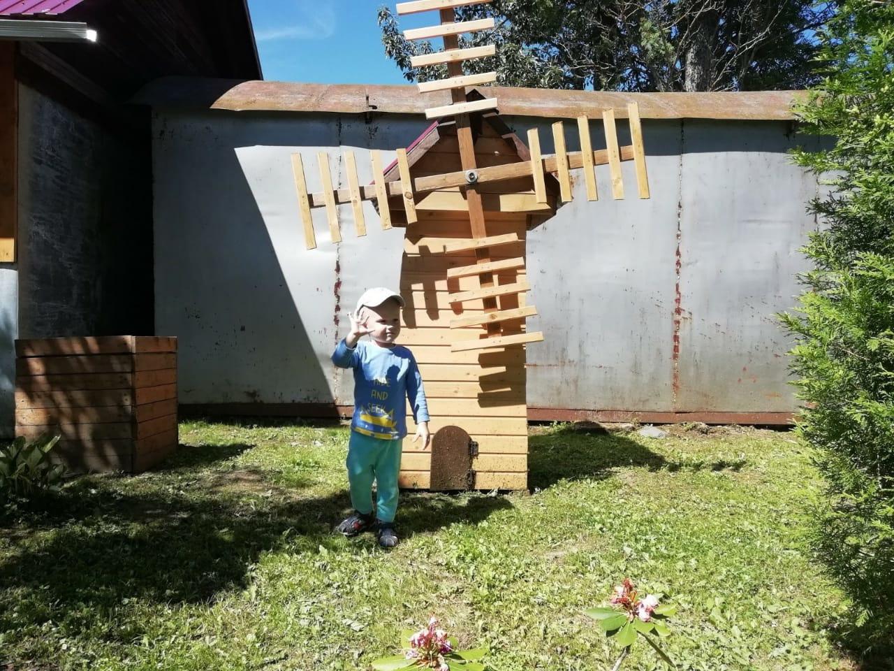 Из подручных средств Илья Игнатьев делает разные арт-объекты для украшения сада.