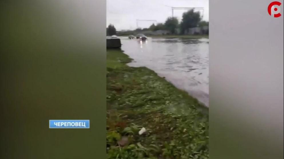 Проезжая часть на улице Боршодской в Череповце скрылась под водой