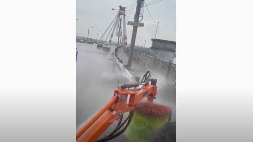 Барьерные ограждения на мостах в Череповце моют специальной щеткой