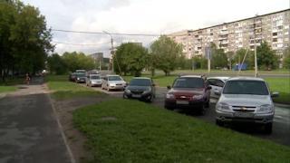 Жильцы 172 и 174 домов используют второстепенную дорогу и как парковку